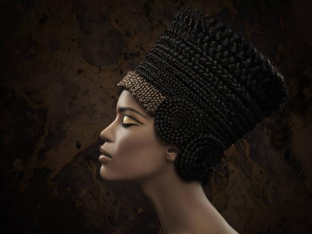 frau mit nefertiti krone - ägyptisches make up stock-fotos und bilder