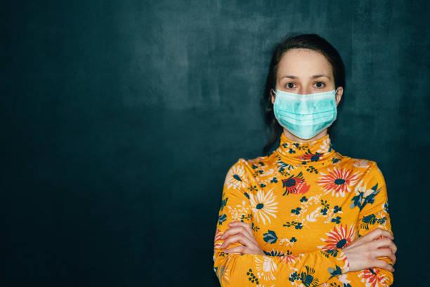 Frau trägt schützende Gesichtsmaske während coVID-19 Pandemie – Foto