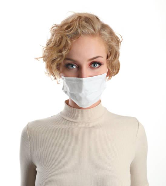 Frau trägt schützende Gesichtsmaske, um Viren zu vermeiden – Foto