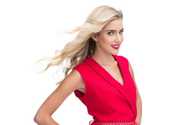 frau mit roten kleid, lächelt in die kamera. - wickelkleid lang stock-fotos und bilder
