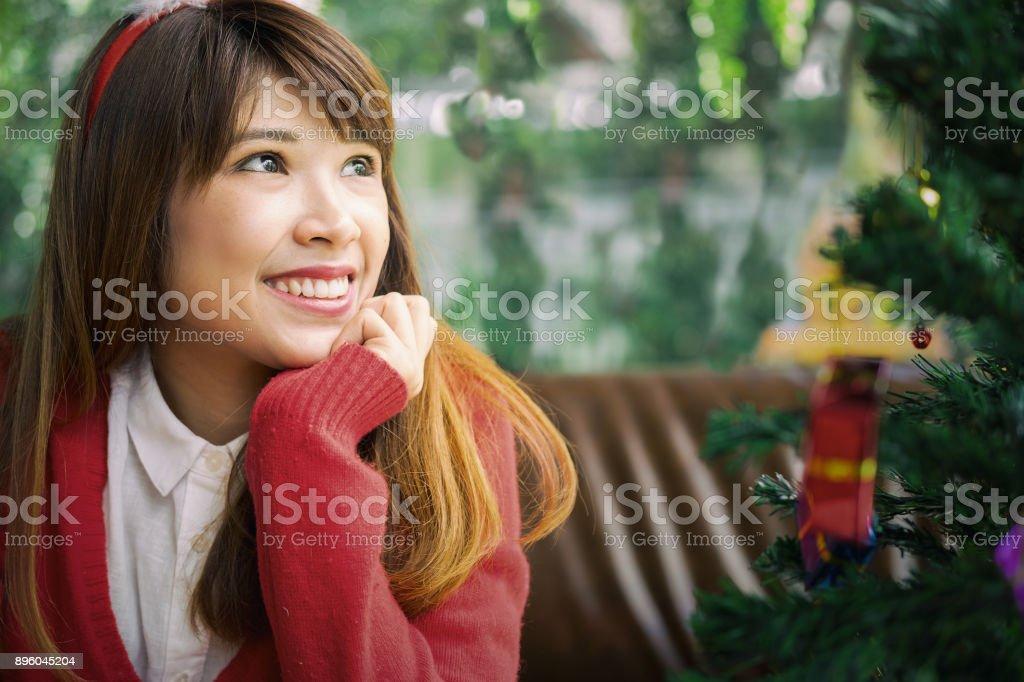 Frau Santa Kleid lächelnd in café – Foto
