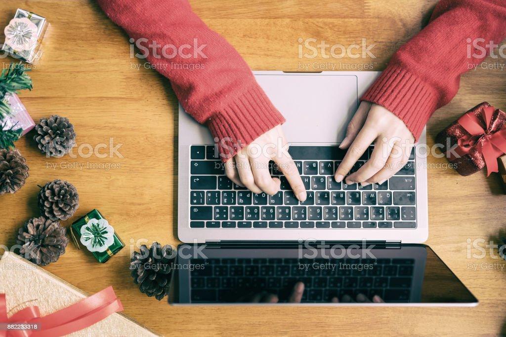 Frau trägt Weihnachtsmütze Check-Bestellung Online-Geschäft – Foto