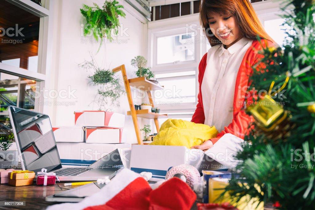 Frau trägt Santa Hut Verpackungsprodukt für Online-business – Foto