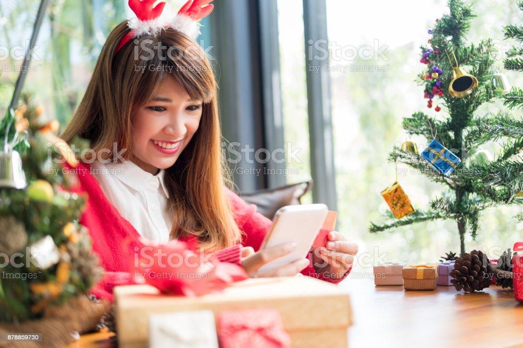 Frau trägt Santa Hut mit Smartphone Online-shopping – Foto