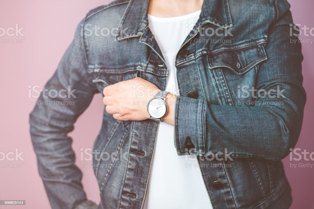 f38c7260b95e Mujer Que Lleva Pantalones Vaqueros Chaqueta Y Reloj De Pulsera De Plata  Foto de stock y más banco de imágenes de A la moda