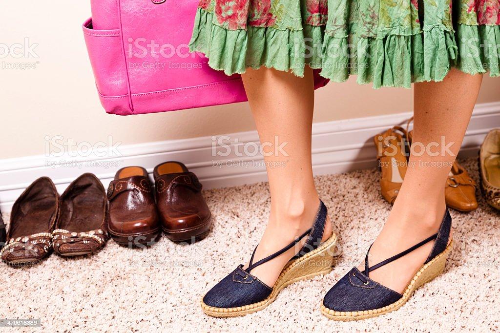 e4247807 Kobieta w spódnicy i buty na koturnie. Buty linii ściany. Zakupy. zbiór  zdjęć