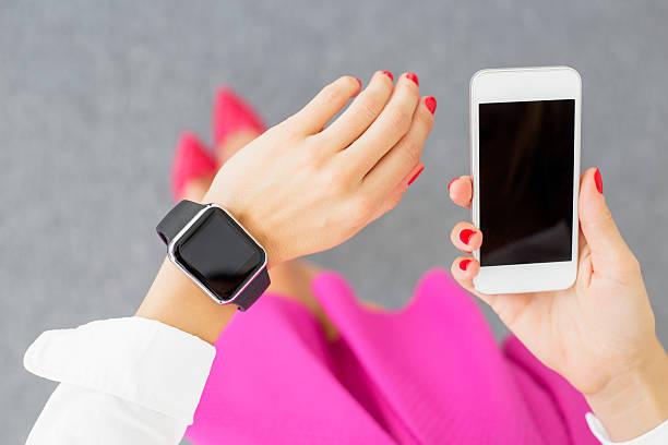 frau tragen und hält cellphone smash-television show - markenuhren damen stock-fotos und bilder