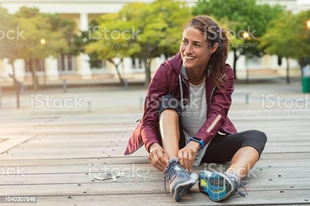 Photo libre de droit de Usure Chaussures De Sport Femme banque d'images et plus d'images libres de droit de Adulte