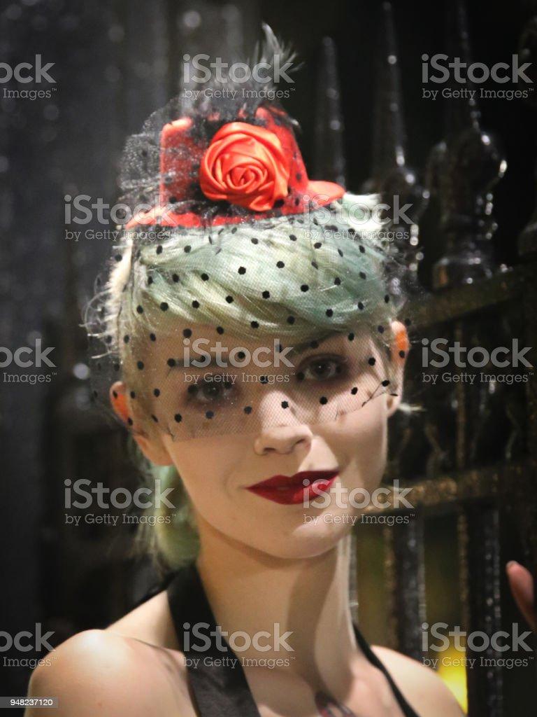 f599146d3 Manchado De Mujer Que Llevaba Velo De Tul Vintage Sombrero Cerca Del ...
