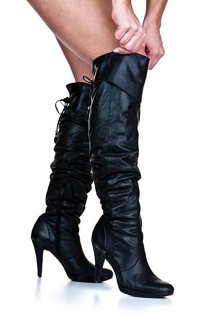 Botas de mulher vestindo coxa - foto de acervo