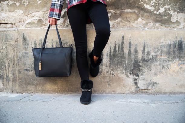 frau trägt ugg stiefel - lammfellstiefel stock-fotos und bilder