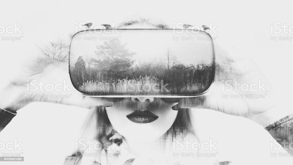 Frau mit virtual-Reality-Brille. Doble Exposition virtuelle Realität Konzept. – Foto