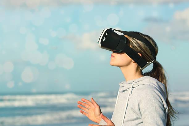 Mujer usando gafas de realidad virtual - foto de stock