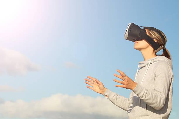 Mujer usando auriculares de realidad virtual - foto de stock
