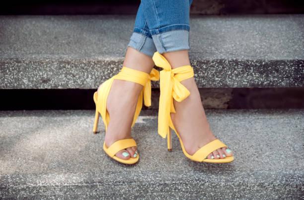 mulher que desgasta saltos amarelos - pé humano - fotografias e filmes do acervo