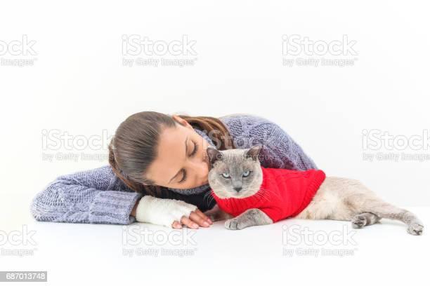 Woman wears a purple sweater and white gloves with a siamese cat a picture id687013748?b=1&k=6&m=687013748&s=612x612&h=zsbfvqg kpin68mlgch 8nnrdp8euqovrvkgthg7hbs=