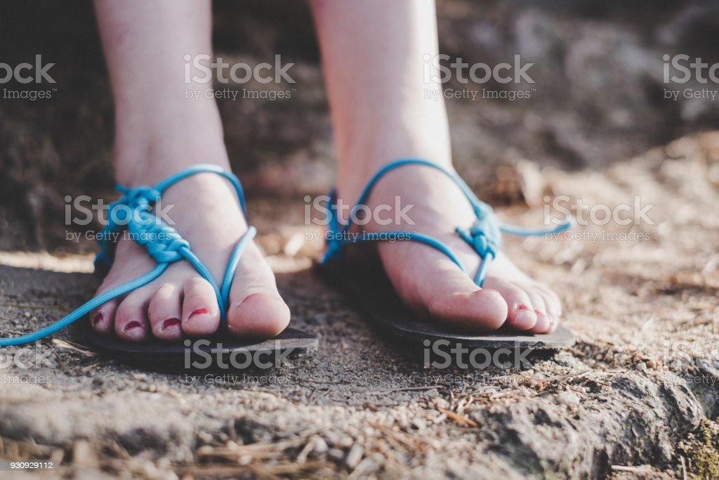 Frau trägt handgefertigte Sandalen. Sandalen von Gummi- und Saiten. Detail des Fußes. – Foto