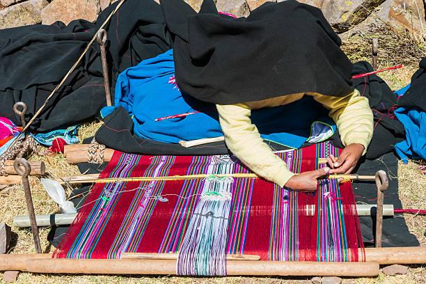 女性の地ペルーのアンデス山脈、プーノペルー - タキーレ島 ストックフォトと画像