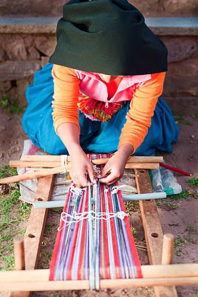 woman 織物にタキーレ島でペルー - タキーレ島 ストックフォトと画像