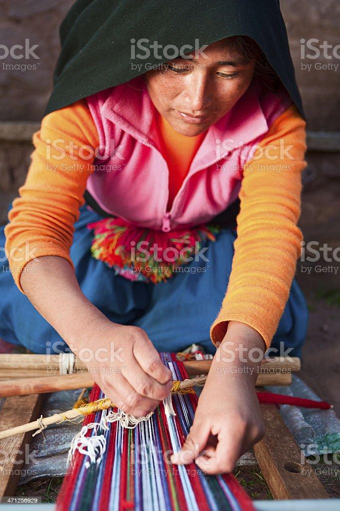 Mulher tecelagem na Ilha Taquile no Peru - foto de acervo