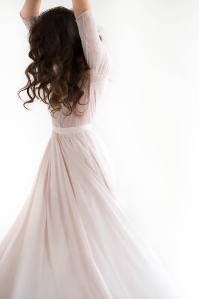 kadın beyaz elbise, moda rüzgar, beyaz arka plan üzerinde uzun ipek elbise, sallayarak kumaş, uçan fluttering modelinde - beyaz elbise stok fotoğraflar ve resimler