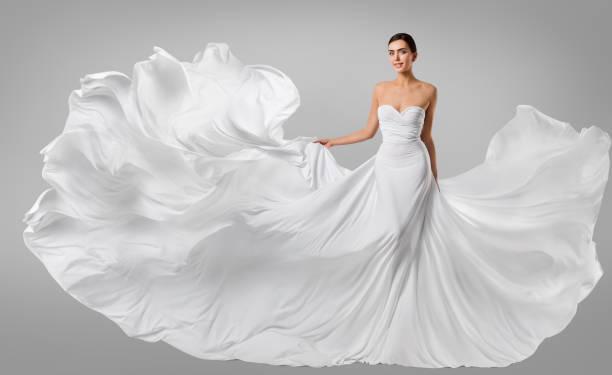 frau weißes kleid, mode-modell in lange seiden kleid, winken, stoff, flattern im wind fliegen - lange abendkleider stock-fotos und bilder