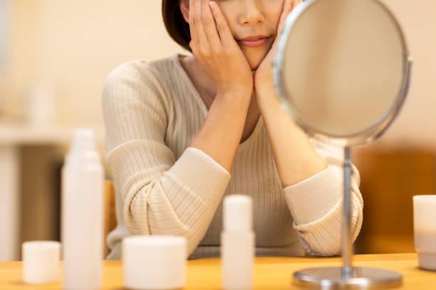 肌を気遣う女性 - 人の年齢 ストックフォトと画像