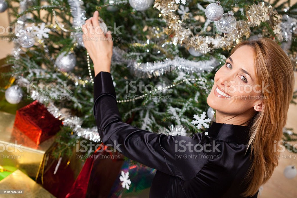 Femme Qui Décore Un Sapin De Noël Stock Photo Download Image Now