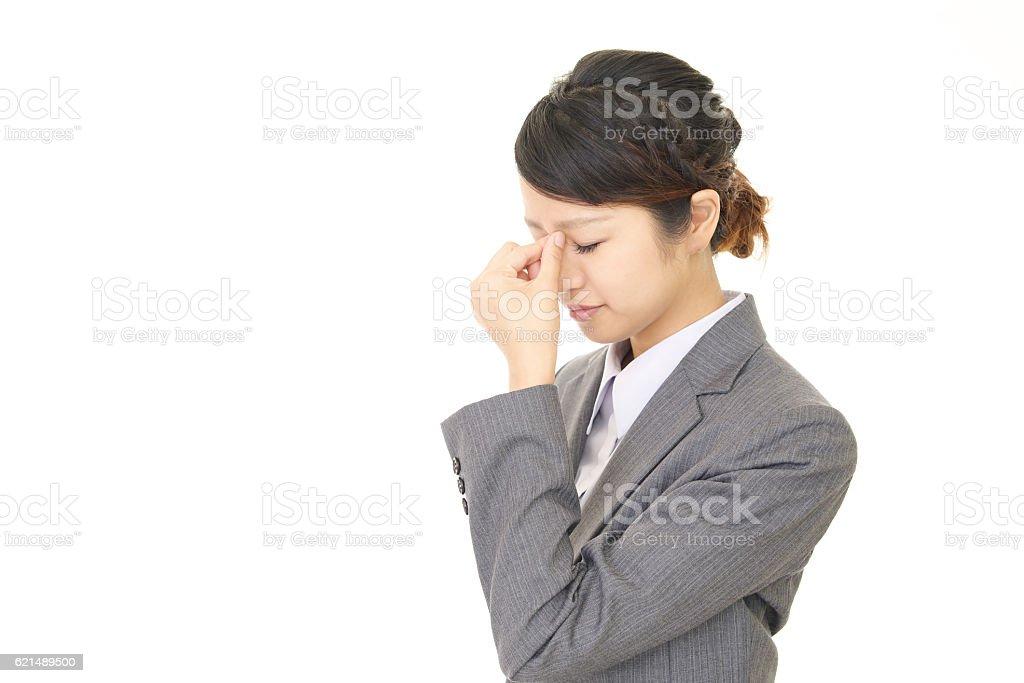Frau, die mit einem Kopfschmerz Lizenzfreies stock-foto