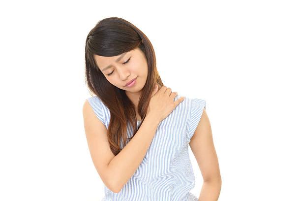 frau, die über eine schulter schmerzen - schultersteife stock-fotos und bilder
