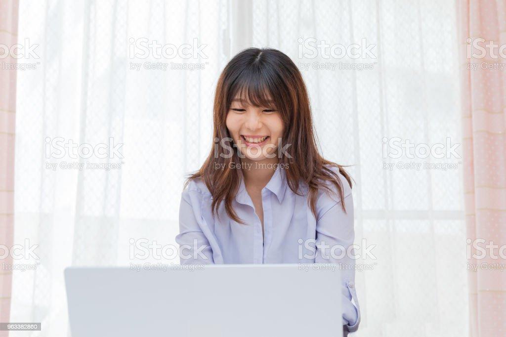 A woman who plays a personal computer - Zbiór zdjęć royalty-free (Biznes)
