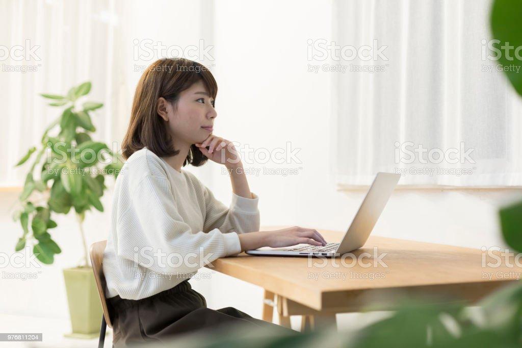 パーソナル コンピューターを果たしている女性 ストックフォト