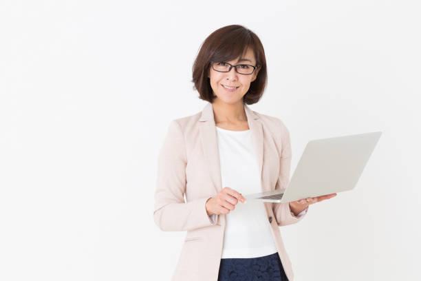 mujer que utiliza el ordenador portátil, - asian woman fotografías e imágenes de stock