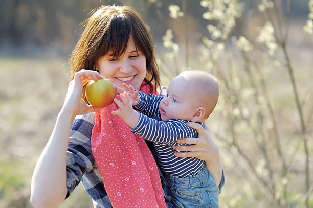 Mujer wih her little baby - foto de stock