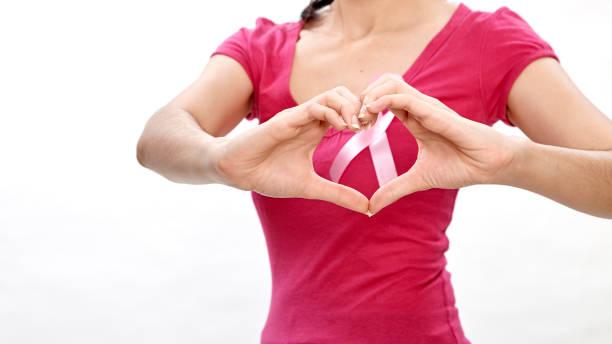 frau mit rosa krebs multifunktionsleiste auf brust - mammografie stock-fotos und bilder