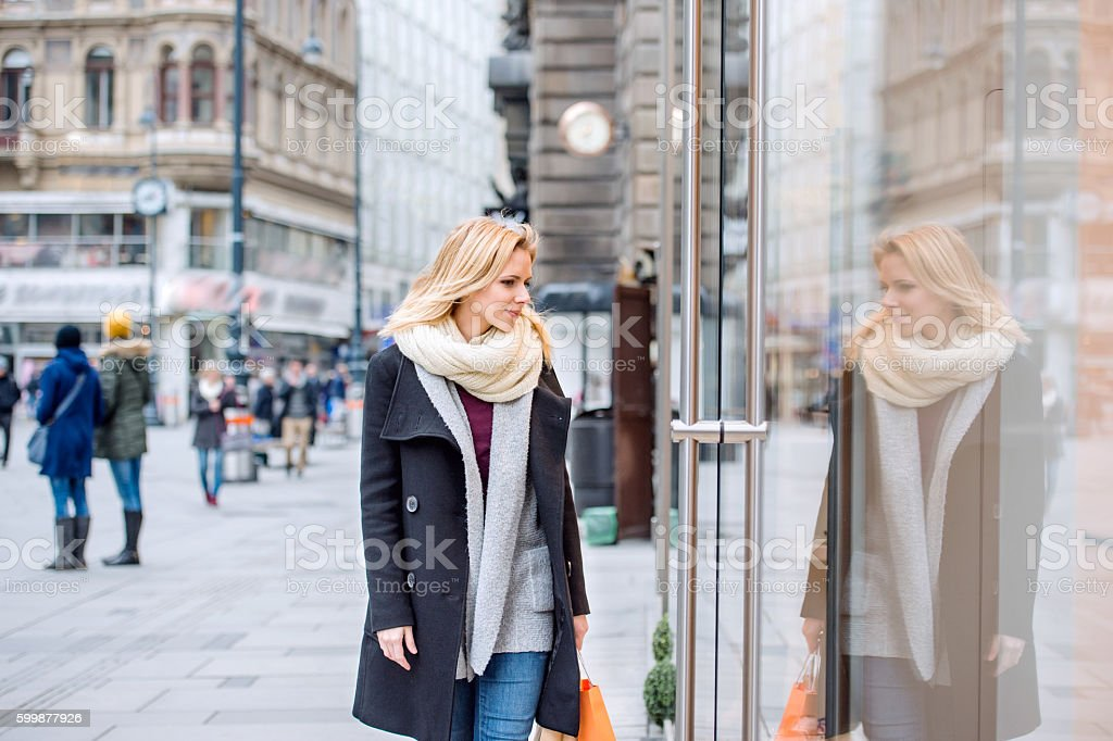 Woman window shopping in centre of the city. Winter – Foto