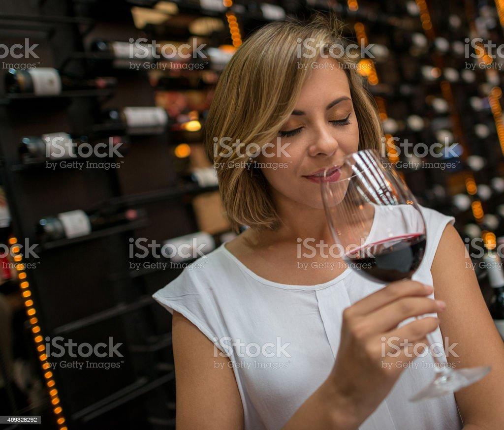 Mujer de degustación de vinos - foto de stock