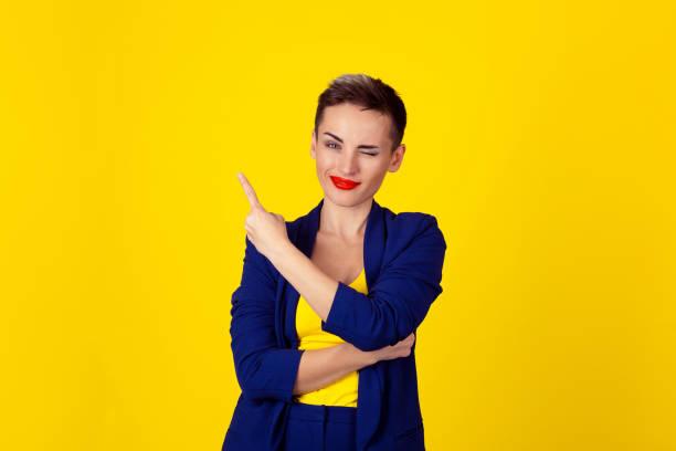 femme en un clin de œil clignote des yeux pointage de doigt indiquant pour copier l'espace - cosmetique store photos et images de collection