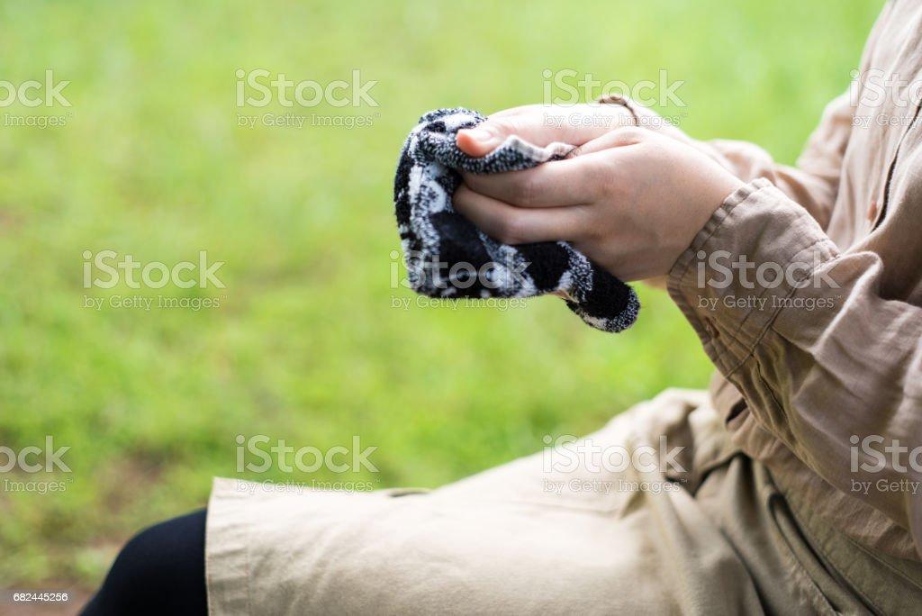 Mujer limpiando mis manos con un pañuelo foto de stock libre de derechos