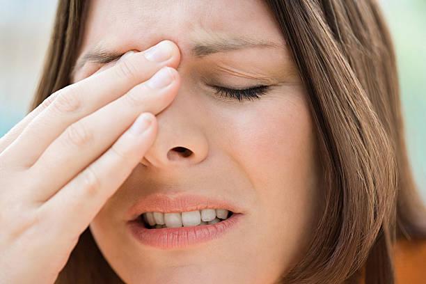 woman with a bad headache - bijholte stockfoto's en -beelden