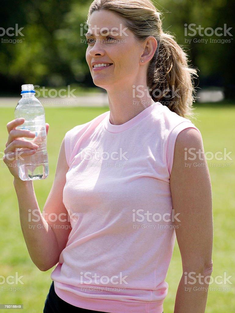 女性に、ボトル入りウォーター ロイヤリティフリーストックフォト