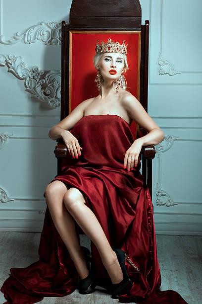 女性が頭に冠ラウンジの王座です。 - 王座 ストックフォトと画像