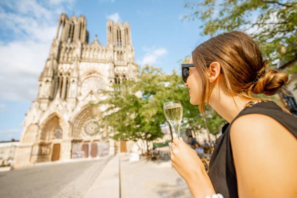 frau mit einem glas champagner in reims, frankreich - genießen französisch stock-fotos und bilder