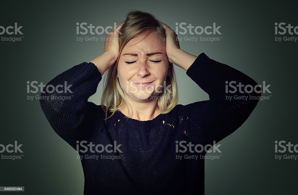 Frau mit Kopfschmerzen. – Foto