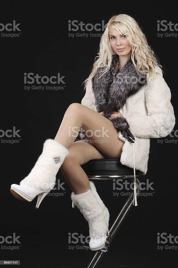 Frau mit einem großen Mantel auf Lizenzfreies stock-foto