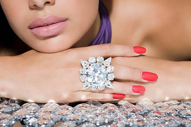 frau mit einem großen diamanten-ring - diamantschmuck stock-fotos und bilder