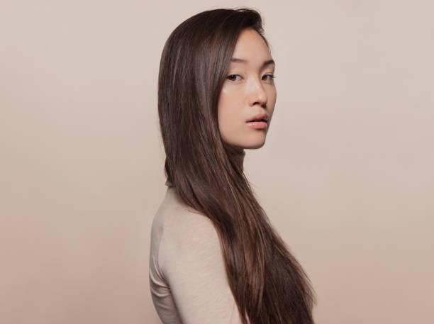 mulher com um cabelo reto longo - longo - fotografias e filmes do acervo