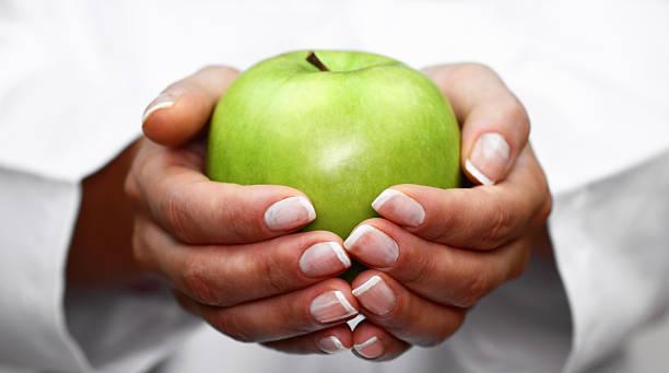 Green apple en las manos - foto de stock