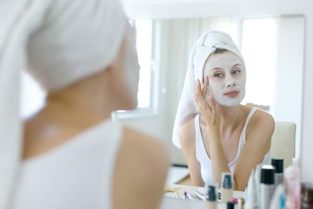 vrouw met een masker op haar gezicht - mirror mask stockfoto's en -beelden
