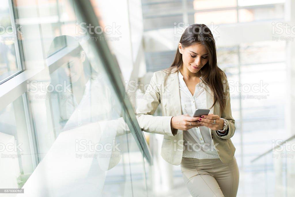 Mujer con teléfono - foto de stock